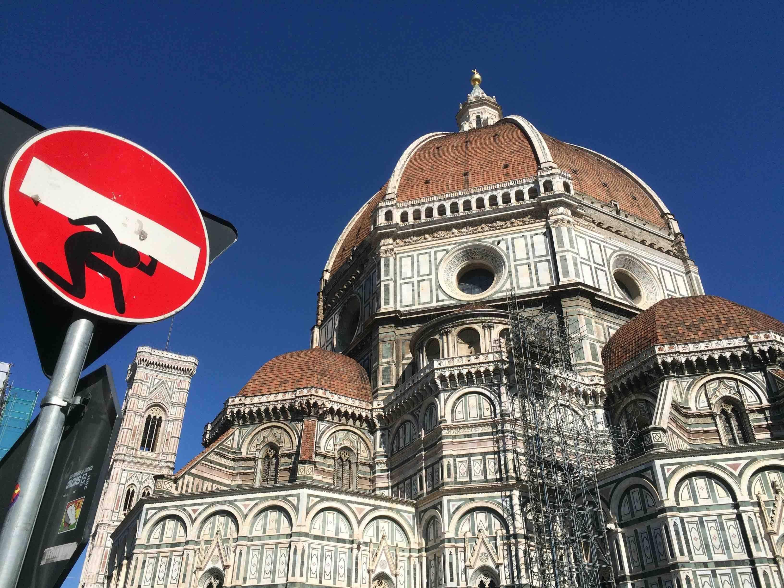Dom in Florenz und Verkehrsschild mit Aufkleber von Clet